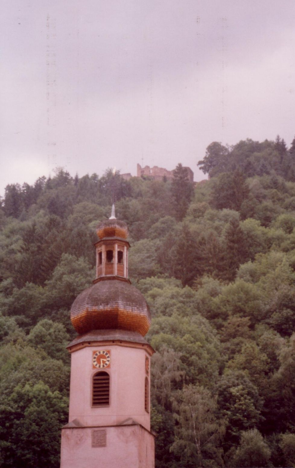 Kapel in dal. Op de bergtop ligt Hornberg. Foto Kees van der Leer
