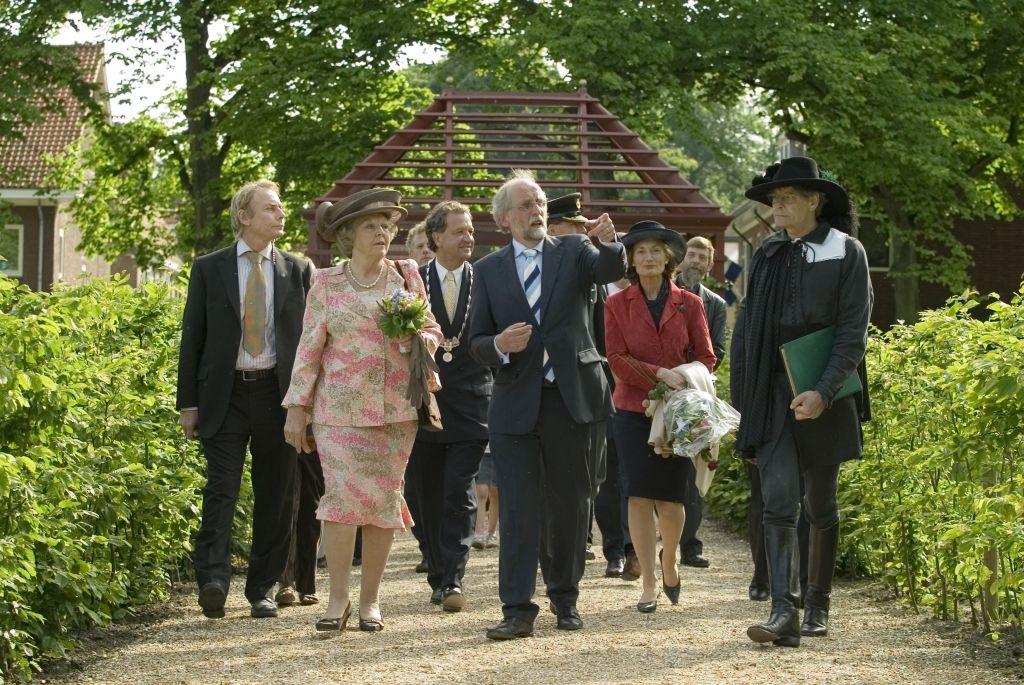 Opening van de gereconstrueerde Hofwijcktuin door koningin Beatrix, 2005