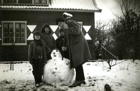 Sneeuwpop op Huize Ravestein aan de Onderdijkse Rijweg te Zwijndrecht met v.l.n.r.: Leo, Heleen, Arie en Corrie van der Leer. Foto 1963. Collectie Familiearchief Van der Leer